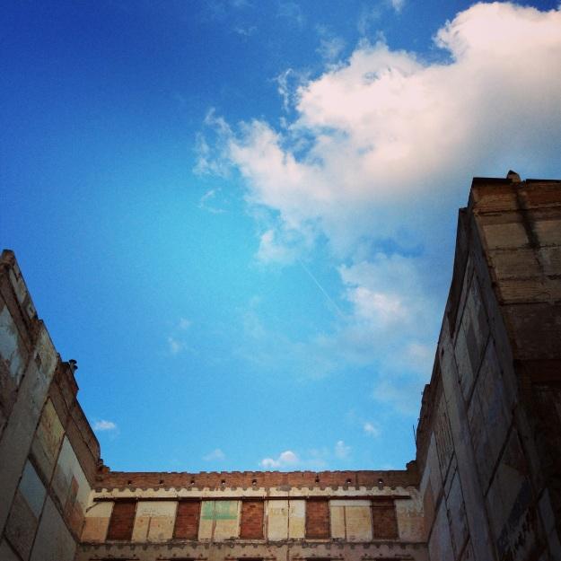 il cielo azzurro di Barcellona che spunta tra i vicoli del Born