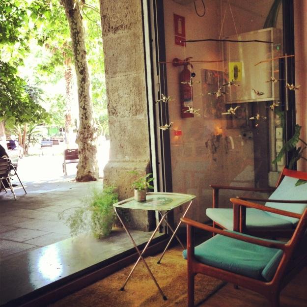 origami e vista sulla strada, sempre al Cosmo Café
