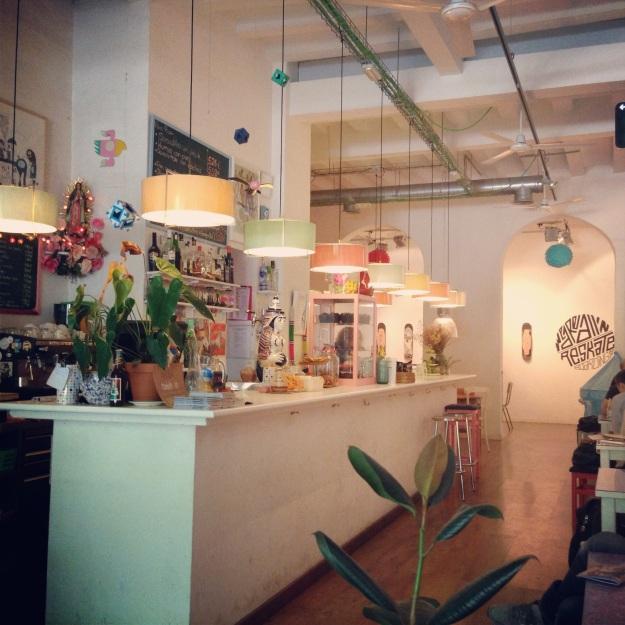 l'interno del delizioso Cosmo, café e galleria d'arte allo stesso tempo
