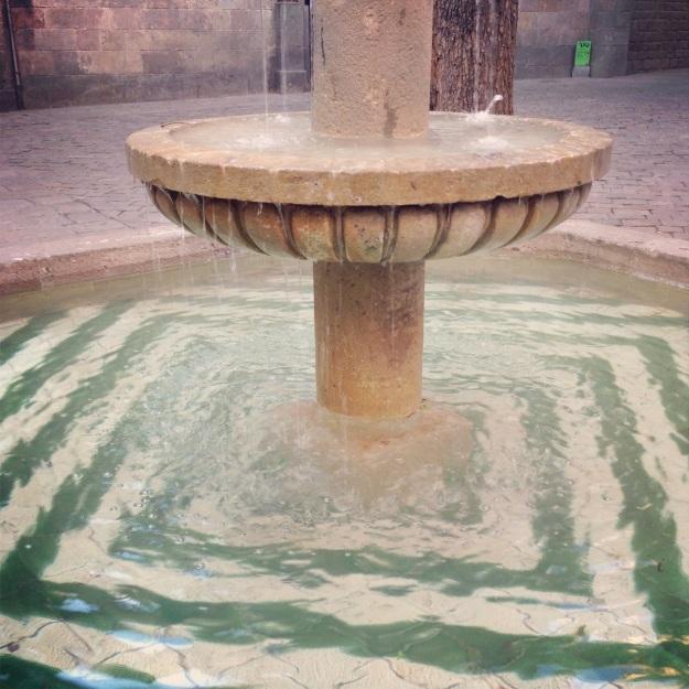 l'incantevole fontana di Plaça Sant Felip Neri